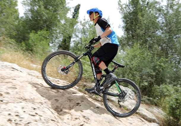 אין אחיזה. דיווש בעמידה לא תמיד הכי יעיל באופני AM מודרניים - בצילום הזה משטח הסלע מספק אחיזה טובה ואפשר לראות את הצמיגים נמרחים עליו. צילום: תומר פדר