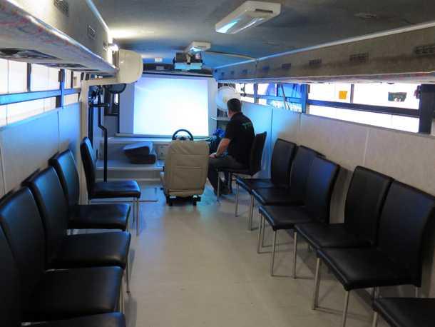 הכיתה הניידת של פרש - אוטובוס שהוסב - ומכיל את כל מה שצריך כדי להעביר תכנים בסביבה ממוזגת ונעימה. צילום: רוני נאק