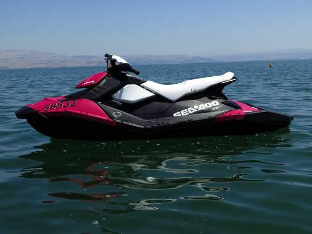 """אופנוע ים סי-דו SPARK. הכלי הזה מיועד לשלושה, שוקל כ-180 ק""""ג ויש לו 90 כ""""ס ומערכת IBR שמסוגלת לבלום אותו בתנועה. המחיר: כ-67 אלפי שקלים. צילום: רוני נאק"""