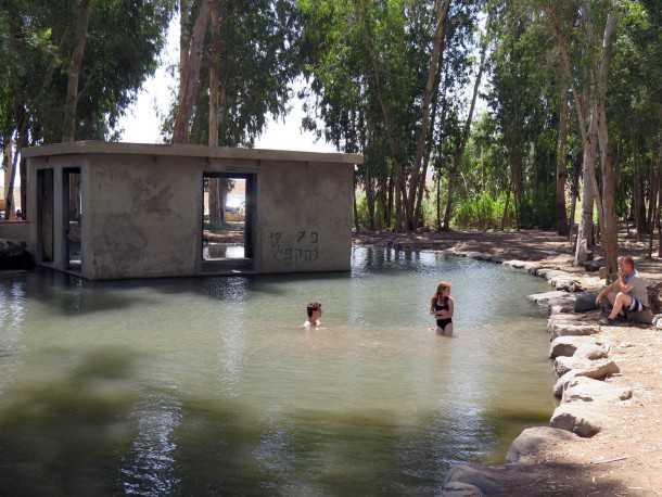 מסלול טיול עם יונדאי בגלבוע. לא לוותר על ביקור וטבילה בעין יזרעאל - נקודת המוצא של המסע שלנו. צילום: רוני נאק