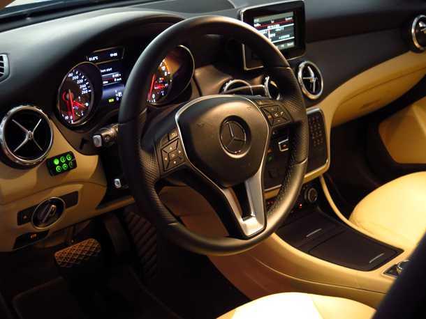 """מבחן רכב מרצדס GLA. יש תחושת פרימיום - אבל הביצוע לא מושלם וחלק מהממשקים לא """"פרימיום"""" למגע וצליל. צילום: רוני נאק"""