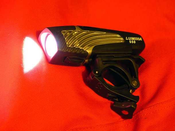 פנס אופניים NITE RIDER. נטען משקע USB, בעל גוף מתכתי ועוצמת תאורה מרשימה. צילום: רוני נאק