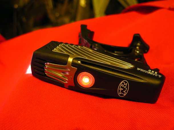 פנס אופניים NITE RIDER. כשהכפתור מאיר באדום הגיע הזמן לישון - או להפחית את עוצמת התאורה. לשני הפנסים סוללת ליתיום נטענת שעמדה בהבטחות היצרן לגבי משך התאורה.צילום: רוני נאק