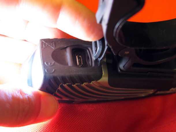 פנס אופניים NITE RIDER. שקע מיקרו USB - יש כבל מצורף - מאפשר טעינה קלה מכל מטען או מחשב. גומיית אטימה מונעת חדירה אבק או לחות. צילום: רוני נאק