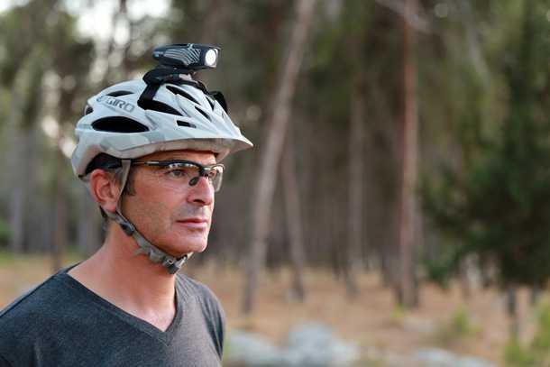 פנס אופניים NITE RIDER. כ-170 גרמים על הקסדה. דגם 700 לומן מציע עוצמה שימושית מאד ומתקן רכיסה מקורי חכם ופשוט. המשקל מורגש לצוואר הענוג של הבוחן צילום: איגור