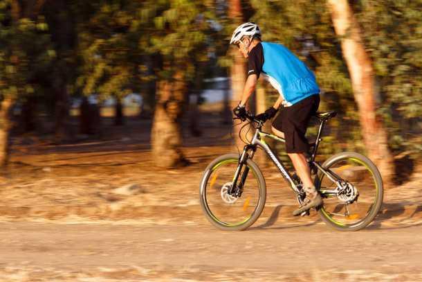 """מבחן אופניים מרידה 120-400. המתלים רכים ונוחים, המחיר בובינג כשמדוושים בעוצמה. עם 15.5 ק""""ג המשקל מורגש ברכיבה ארוכה ומעלות. צילום: תומר פדר"""
