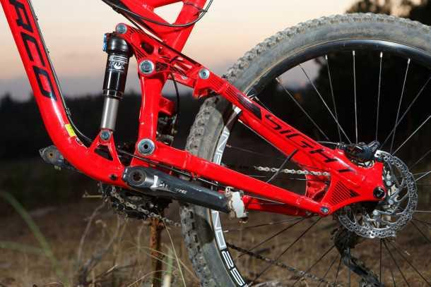 מבחן אופניים NORCO SIGHT ALLOY. n,kLLOY. המתלה האחורי אקטיבי מאד ויעיל מאד, פעולתו מזכירה את זה של אופנוע שטח. זרוע אחורית רחבה לפעמים מגיעה למגע עם עקב הנעל. צילום: תומר פדר