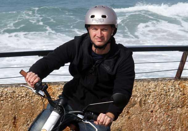 קסדה עירונית/BMX - לא מחריבה את הסטייל ומספקת הגנה מצויינת. חפשו חורי איוורור רבים, הגנה על החלק האחורי של הראש ורכיסה איתנה. צילום: רונן טופלברג