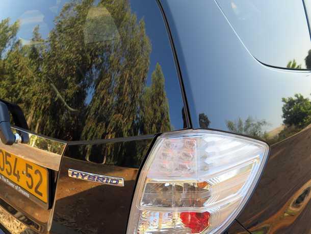 הונדה ג'אז היברידית. החלק העליון של דלת תא המטען היא מזכוכית. לא מאפשרת עגינה בטוחה של מנשא אופניים אחורי. צילום: רוני נאק