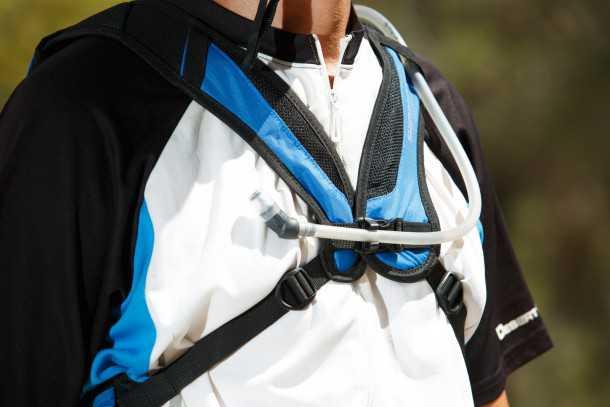תיק אופניים עם שלוקר SHIMANO ACCU3D. רכיסה ייחודית גורמת לתיק להיות כמעט בלתי מורגש בעת רכיבה - מאד נוח. אם יישבר האבזם המרכזי והיחיד - התיק לא יהיה שמיש. תושבת לצינורית שתיה מעולה. ה-X מונע פתיחת רוכסן בחולצה כשחם. צילום: תומר פדר