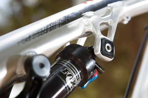 מבחן אופניים rocky mountain altitude 750. תושבת בולם עליונה RIDE-9  מאפשרת שינוי גיאומטריה ושיכוך בעזרת מפתחות אלן וחמש דקות. השינוי בתהנהגות מאד מורגש. צילום: תומר פדר