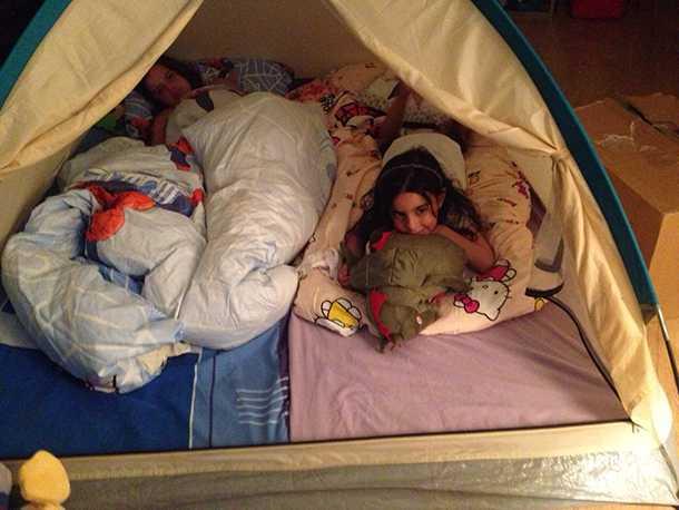 אם אפשר תרגלו פתיחת האוהל בבית או בחצר. הילדים מתים על זה וזה ייאפשר להם להתרגל ולהרגיש יותר בנוח כשתהיו בשטח. צילום: דנה אלוני נאק