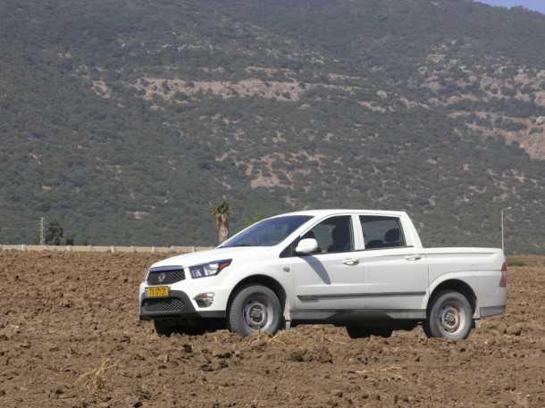 מבחן רכב סאנגיונג אקטיון ספורטס. מוגבל בשטח למרות ה-LOW ובזכות מרווח גחון מוגבל וזויות מרכב שטוחות. צילום: ניר בן זקן
