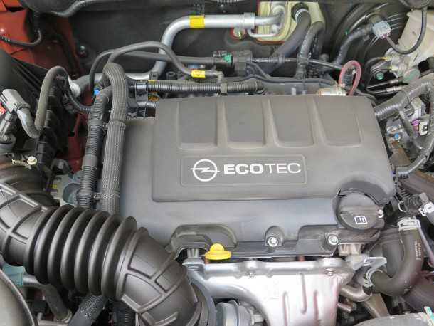 """מבחן רכב אופל מוקה. מנוע טורבו 1.4 ל' מפיק 140 כ""""ס ו-21 קג""""מ. עם שישה הילוכים הוא יכול להיות חסכוני מאד או דינאמי מאד. תלוי איך שתלחצו על הגז. צילום: רוני נאק"""