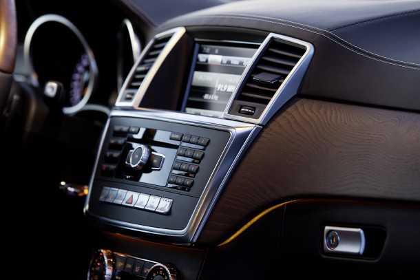 מבחן רכב מרצדס GL350AMG. איכות הפנים ברמה מאד גבוהה ויש גם תאורת אמביאנס חביבה ומערכת שמע מצויינת. צילום: רוני נאק