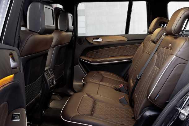 מבחן רכב מרצדס GL350AMG. איכות הפנים ברמה מאד גבוהה ויש גם תאורת אמביאנס חביבה ומערכת שמע מצויינת. שורת המושבים המרכזית מתרוממת מעצמה ומרווחת בפני עצמה. צילום: מרצדס