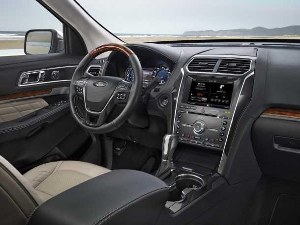 פורד מציגה אקספלורר של מודל 2015. תא הנהג משודרג עם חומרים טובים יותר ולוח מחוונים LCD מלא. יש גם חנייה אוטומטית ומערכות עזר רבות. צילום: FORD
