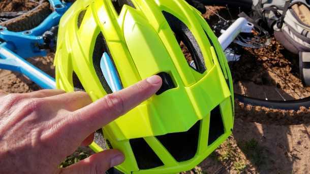 מבחן לקסדת אופני הרים LAZER OASIZ. ברז מערכת ROLLSYS קל לתפעול ברכיבה. כאן ללא המתאם למצלמת GO PRO. צילום: רוני נאק