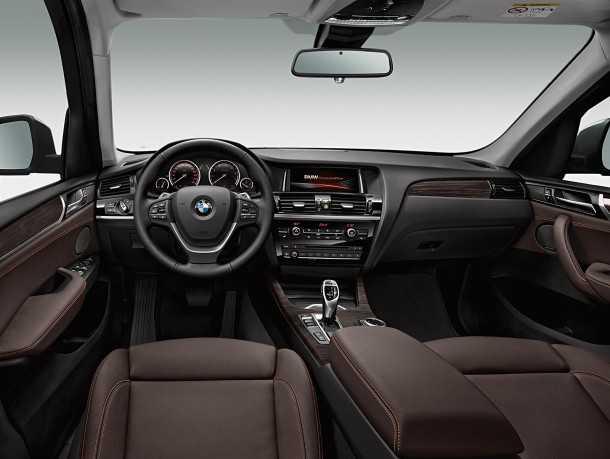 """מבחן רכב ב.מ.וו X3 28i. עידכוני הפנים כוללים בעיקר שיפור """"תפיסת האיכות"""" של המוצר. עם משחק בין שטחים מבריקים ומאט, ומשטחים רכים למגע. האיכות הכוללת מרשימה - מהטובות בקבוצה ומוצק באופן מרשים. צילום: BMW"""