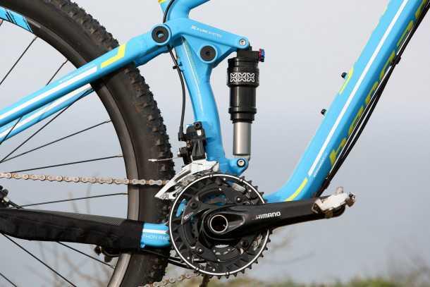 מבחן אופניים BERGAMONT FASTLANE 6.4 מתלה אחורי X-לינק מוצק, בולם זעזועים בסיסי אבל גם תושבת מעביר קדמי על-השלדה וניתוב כבלים דרכה. איכות כללית מעולה. צילום: תומר פדר