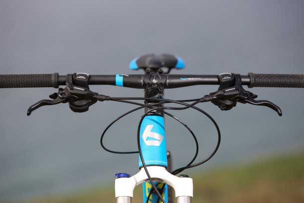 """מבחן אופניים BERGAMONT FASTLANE 6.4 קוקפיט מרווח ונוח בזכות כידון שטוח ברוחב 680 מ""""מ. בורגי האלן השונים בין המעצורים לשיפטרים עצבנו אותנו בס-אפ. צילום: תומר פדר"""