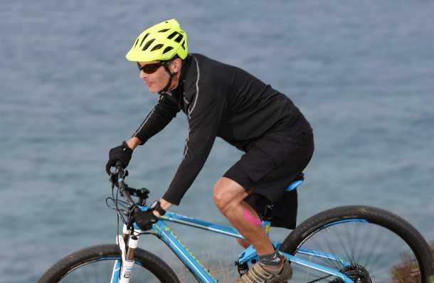 """מבחן לקסדת אופני הרים LAZER OASIZ. הקסדה נעימה מאד והופכת ל""""שקופה"""" תוך זמן קצר. אבזם מגנטי מצויין, ואיכות כללית מעולה. צילום: רוני נאק"""