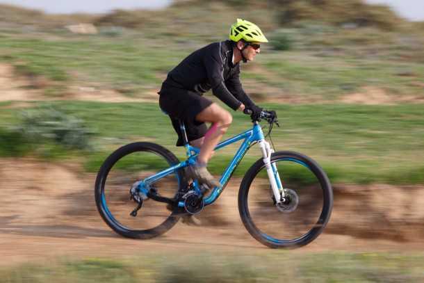 מבחן אופניים BERGAMONT FASTLANE 6.4 מהירים מאד על שבילים לבנים, מתגמלים בסינגלים זורמים ולא מאד טכניים. כלי מעניין לגמוע קילומטרים רבים ביום אחד. צילום: תומר פדר