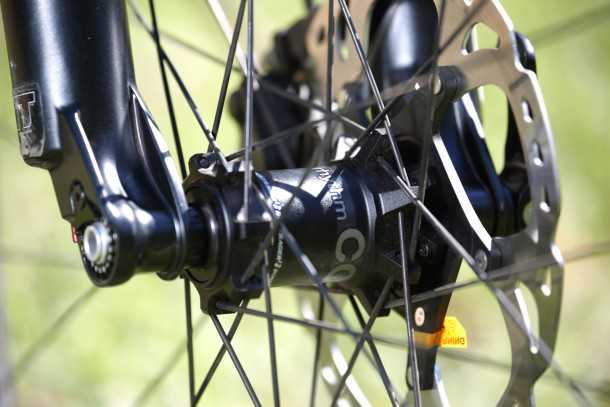 מבחן אופניים Trek Fuel EX 9.8 בהחלט אופני ההרים הטובים יותר שיש היום בשוק. המחיר לא קל 25,200 שקלים. סט גלגלים מצוין, מעצורים מ ע ו לי ם מסדרת XT. צילום: תומר פדר