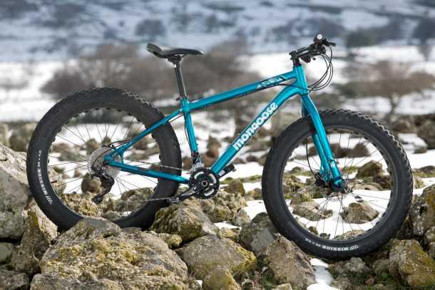מבחן אופניים MONGOOSE ARGUS. צמיגים עם אופניים. חישוקי 26 אינץ' צמיגים ברוחב 4.0. מערכות SLX ובלמים TEKTRO. צילום: תומר פדר