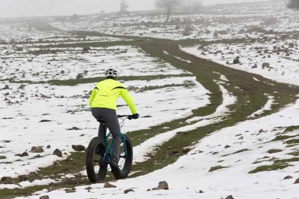 מבחן אופניים MONGOOSE ARGUS. מתכניים מסע XC מושלג? התכוננו לעבוד קשה כדי להתגבר על ההתנגדות האדירה של הצמיגים האלה. צילום: תומר פדר