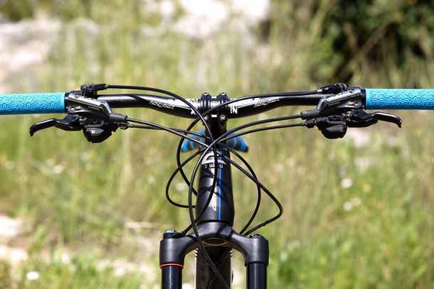 מבחן אופניים corratec 10Hz. כידון רחב אבל קוקפיט עמוס, ניתוב הכבלים תחת השלדה הוא בסדר - היינו רוצים לראות את הכל נכנס לתוך השלדה ומנקים את הלוק. שיפטרים ומעצורים מעולים של שימאנו XT. צילום: תומר פדר