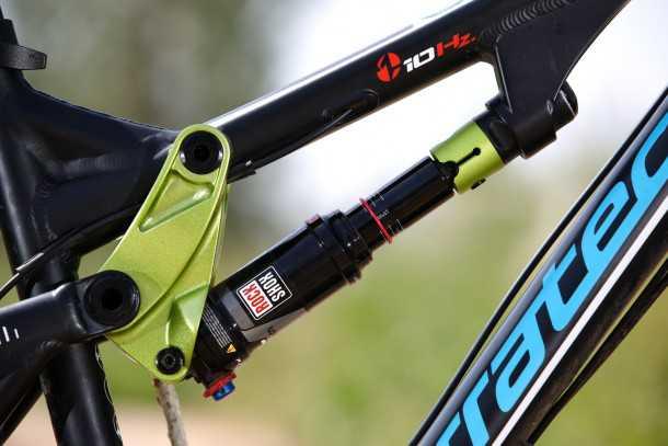 מבחן אופניים corratec 10Hz. אלסטומר מימין נדנדת מתלה משמאל - בולם זעזועים ג'נרי של רוקשוקס מקבל העצמה ליכולת. גימור השלדה מצויין. צילום: תומר פדר