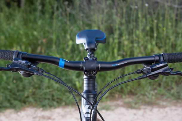 מבחן אופניים BERGAMONT REVOX 3.0. בסיסי זה לא בהכרח משעמם! איבזור היקפי BGM, קוקפיט מרווח ותנוחת רכיבה זקופה. תותבים מאפשרים להנמיך את הכידון. צילום: תומר פדר