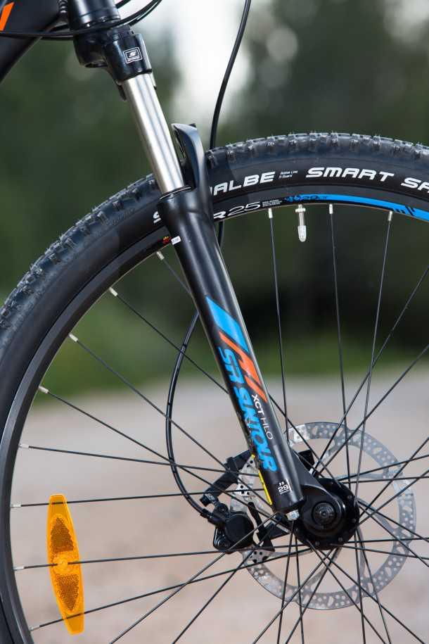 מבחן אופניים BERGAMONT REVOX 3.0. בסיסי זה לא בהכרח משעמם! מזלג בסיסי למדי עם קפיצי סליל וללא אפשרות לכוון שיכוך. מתפתל תחת עומס אבל רוב הזמן סביר למדי בהקשר הזה. סט גלגלים טוב מאד וצמיגים מצויינים. צילום: תומר פדר