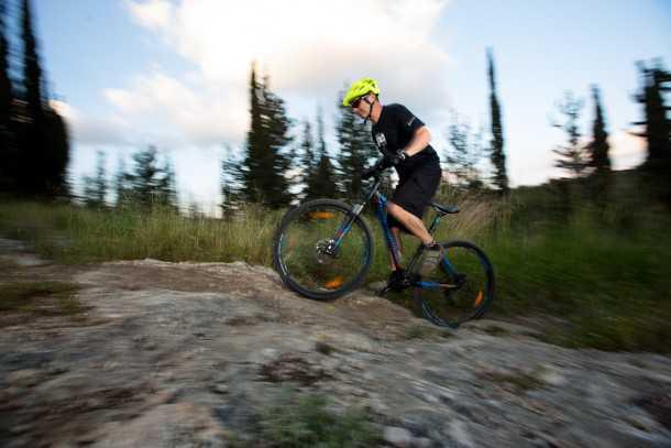 """מבחן אופניים BERGAMONT REVOX 3.0. בסיסי זה לא בהכרח משעמם! זנב קשיח מטפסים יפה. הילוכים נמוכים """"קצרים"""" ואחיזה נהדרת. המשקל 14.4 ק""""ג מורגש כאן. צילום: תומר פדר"""