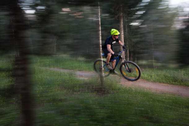 מבחן אופניים BERGAMONT REVOX 3.0. בסיסי זה לא בהכרח משעמם! בשבילים הנכונים האופניים האלו יכולים להיות מהירים מאד. נתמכים בבלמים הנהדרים הם יכולים להפתיע רוכבים על אופניים יקרים הרבה יותר. צילום: תומר פדר