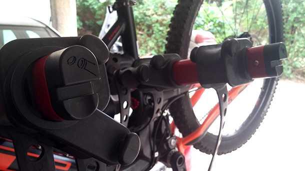 מנשא אופניים YAKIMA מרוזן ומינץ. הקונץ של כל הקונצים! פותחן בקבוקי שתיה (בירה לגדולים) הם פריטים סטנדרטיים במנשא האופניים הזה. צילום: רוני נאק