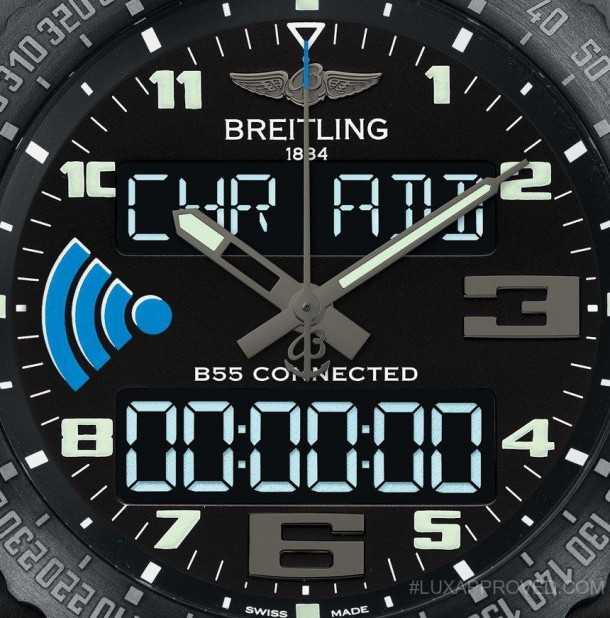 ברייטלינג B55. שעון טייסים אשר מגייס את הסמארטפון להרחבת מעטפת היכולות שלו. תצוגת LED נדלקת אוטומטית עם הטיית הזרוע. יש אפשרות לטעון סוללה מכל שקע USB. צילום: ברייטלינג