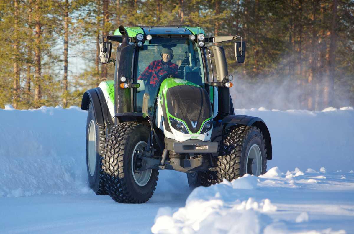 דריפט עם טרקטור?! אגדת הראלי יוהא קנקונן מראה שעדיין יש לו את זה כששבר שיא גינס לנהיגה בשלג עם טרקטור. צילום: נוקיאן