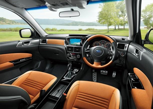 סובארו אקסיגה. הבסיס של תא הנהג הוא האוטבק החדש עם האיכויות שהוא מביא - שילוב הצבעים חדש והאיבוזר מלא. צילום: סובארו