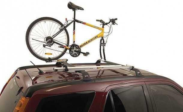 מנשא הגג הוא פתרון נהדר עם חסרונות של הנפה קשה של האופניים לגובה והתקנה ופירוק מורכבים. צילום: rhino rack