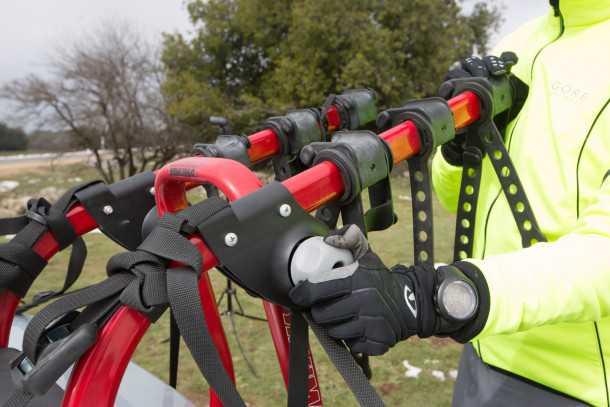 מנשא אופניים YAKIMA מרוזן ומינץ. הנאבות המיוחדות - באפור - מאפשרות התאמה מהירה לכל רכב וקיפול מהיר. רואים היטב את העריסות אשר אוחזות היטב בשלדת האופניים. צילום: תומר פדר