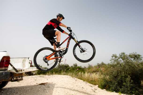 מבחן אופניים GT FORCE EXPERT. 160  בואנ'ה תראו איזה טנדר סובארו מדהים! תזיז ת'פריים שמאלה! נו? צילום: תומר פדר