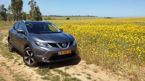 מבחן רכב ניסאן קשקאי החדש. תמונה יפה עם פרחים. חסרות רק תחנות הרוח. צילום: רוני נאק