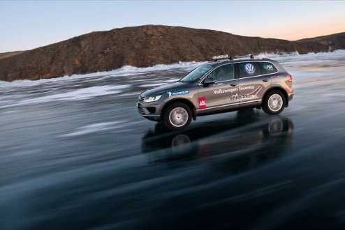 פולקסווגן טוארג חדש - מיקום חדש. על הקרח בימת בייקל הקפואה בסיביר. צילום: פולקסווגן