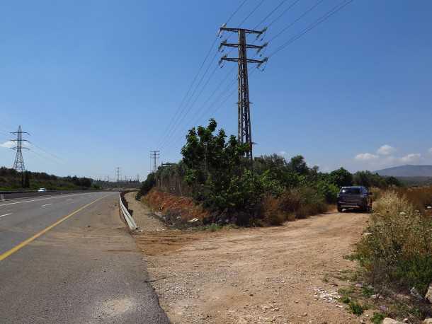 טיול שטח עם מיצובישי אאוטלנדר. תחילת המסלול - פתח במעקה הבטיחות על כביש 77 מערבה. צילום: רוני נאק