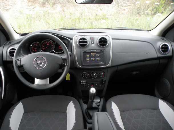 מבחן רכב דאצ'יה סנדרו סטפוואי. פנים בסיסי שלא לומר ספרטאני. רק 4 כריות אוויר וכל תוספת היא בתוספת תשלום. צילום: ניר בן זקן