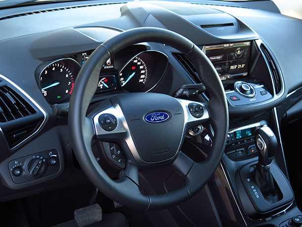 מבחן רכב פורד קוגה. מרווח הגחון ומערכת הנעה מצויינת מאפשרים חקר שבילים זהיר. תא הנהג עמוס אבל בצורה טובה. עשיר באיבזור ועם תחושת פרימיום ראויה. צילום: רוני נאק