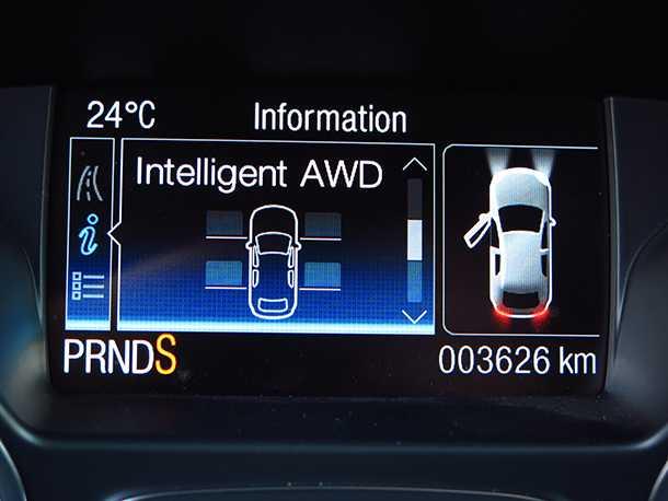 מבחן רכב פורד קוגה. מחשב דרך במרכז לוח המחוונים מספק המון מידע מגוון - בין השאר גם על הנתיב בשרשרת ההנעה שאליו מופנה כוח המנוע. צילום: רוני נאק