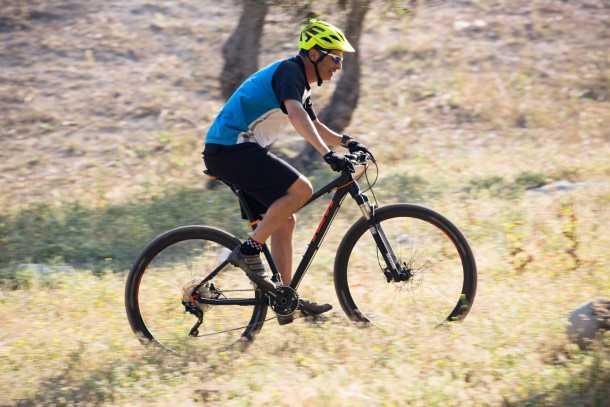 מבחן אופניים ק.ט.מ. אולטרה 1964. דיווש בשבילים מאפשר יצירת מהירות נאה שקל לשמור עליה בזכות הגלגלים הגדולים. לכסות קילומטרים במהירות? אין בעיה! צילום: תומר פדר